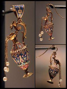 Приглашаю полюбоваться, поудивляться украшениям с микромозаикой. Украшения созданы из крошечных разноцветных плиточек смальты и стекла.