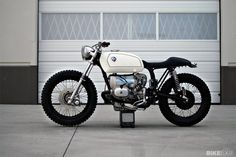 BMW by Kim Boyle. Saw this bike at the One Moto show. Probably my favorite bike there. The lines are so good, the detail was awesome, and its a unique look for a Beemer custom. Bmw Cafe Racer, Custom Cafe Racer, Cafe Racers, Custom Moto, Custom Bmw, Custom Bikes, Bike Bmw, Moto Bike, Motorcycle Bike