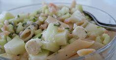 Ruokaisia salaatteja teemme luvattoman harvoin, mutta täältä  löytyneellä ohjeella tehty katkarapu-pastasalaatti oli meidän mielestä niin he...