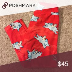 ❤Last Chance!❤ New Lularoe Flying Pigs Leggings OS Hilarious flying pigs leggings! Brand new and never worn. Red background with gray/ blue smiling flying pigs with wings. :D Size OS. Lularoe sizing OS fits sizes 2, 4, 6, 8, and 10. LuLaRoe Pants Leggings