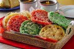 Disfruta esta receta en la que te decimos cómo se hacen los buñuelos de viento. Nosotros los hicimos con molde y con colores originales que puedes usar para Fiestas Patrias ó para Navidad. El origen de los buñuelos es incierto, anteriormente se llamaban Christmas Colors, Food Coloring, Avocado Toast, Cornbread, Biscuits, Sweet Treats, Rolls, Lunch, Baking