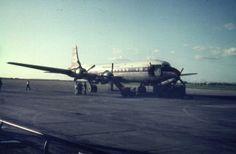 1962 - Skymaster van Martin Air. Vliegen met bemanning voor 2 schepen. In het midden stoelen eruit voor de bagage,