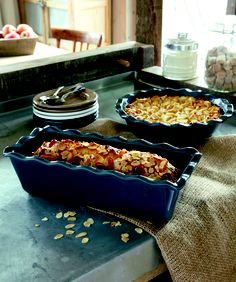 The form is well suited for the preparation of cakes, biscuits, breads and pastries. Happy Kitchen, Kitchen Shop, Emile Henry Pie Dish, Cake Preparation, Loaf Pan, Bread And Pastries, Macaroni And Cheese, Dinnerware, Chic