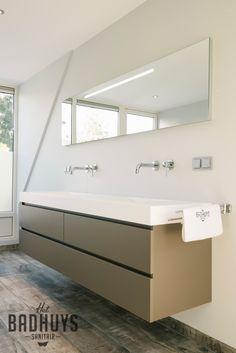 Ruime badkamer met vrijstaand bad en inloopdouche, stucwerk gecombineerd met tegels in houtstructuur, Het Badhuys. | Het Badhuys