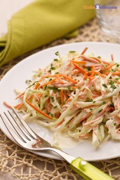 Insalata di cavolo e carote (coleslaw) The cabbage and carrot salad (coleslaw) is a tasty and easy-to-prepare vegetarian side dish, ideal for celebrating the speciali. Vegetarian Side Dishes, Cole Slaw, Carrot Salad, Vegetable Dishes, Finger Foods, Healthy Choices, Carrots, Cabbage, Food Porn