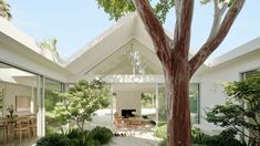 Californian firm Ryan Leidner Architecture has used bright white paint and lush greenery to refresh a mid-century modern Eichler home in Silicon Valley that was completed in the Modern Courtyard, Courtyard House, Architecture Design, Residential Architecture, Beam Structure, Gable House, Glazed Walls, Lush Garden, White Houses