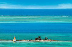 """San Andrés é um Caribe sem taxas, mais simples e barato que os outros destinos da região– o que não significa que seja menos interessante. O degradê do mar nos arredores do arquipélago é tão marcante que lhe rendeu um apelido: """"mar de sete cores"""""""