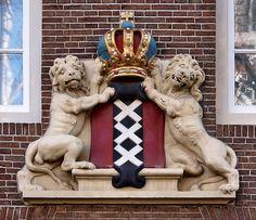 Gevelsteen met het wapen van Amsterdam by Vereniging Vrienden van Amsterdamse Gevelstenen, via Flickr