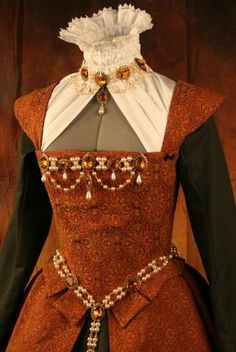 Look – Nice Gown with partlet, great matching combo of jewellery to enliven simple mate… - Historical Dresses Mode Renaissance, Costume Renaissance, Renaissance Fashion, Renaissance Clothing, Historical Clothing, Elizabethan Dress, Elizabethan Fashion, Tudor Fashion, Medieval Dress