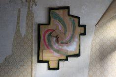 """Diese alte Behausung besuchte ich zum zweiten Mal und hier sind mir die verblichenen Spuren alter Bilder besonders aufgefallen und da dachte ich mir: """"Hier wohnte bestimmt einmal eine kreative Person"""". Interessant ist auch, das Zusammenspiel zwischen eben diesen Wandflecken und den Gemälden neueren Datums. Auch sehr schön sind hier die (noch) sehr gut erhaltenen Kachelöfen, vermutlich werden d ..."""
