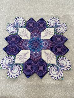 Cross design within quilt Prairie Points, Hexagon Quilting, Hexagons, I Love Lucy, English Paper Piecing, Cross Designs, Cross Stitching, Textile Art, Quilt Blocks