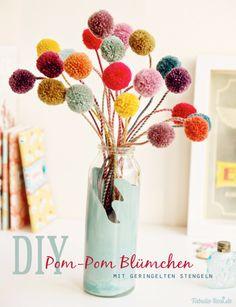DIY Crafts with Pom Poms - Pom Pom Blumchen - Fun Yarn Pom Pom Crafts Ideas. Garlands, Rug and Hat Tutorials, Easy Pom Pom Projects for Your Room Decor and Gifts http://diyprojectsforteens.com/diy-crafts-pom-poms