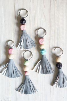 Avaimenperät on aina syksyisin hukassa ja heijastimiakaan ei ole koskaan liikaa. Yhdistettiin avaimenperä ja heijastinkangas, joten avaimetkin...
