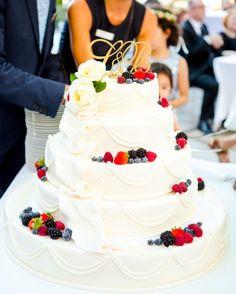 Wedding cake white with berries ♥ Hochzeitstorte weiss mit Beeren, Foto: AufWolke7, Berlin
