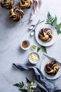 Best Pic Small chocolate babkas - Flat lays in Food Photography - . Popular Little Chocolate Babkas – Flat lays in Food Photography – Desert Recipes, Fall Recipes, Sweet Recipes, Food Photography Styling, Food Styling, Photography Names, Photography Composition, Photography Editing, Iphone Photography