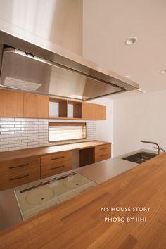 竣工PHOTO♪_施主さんテイストで素敵に!どうぞ永く愛される家に♪@文京千石の家 | いいひブログ - いいひ住まいの設計舎 Natural Interior, Home Kitchens, Tiny House, House Design, Cabinet, Dining, Interior Design, Storage, Room