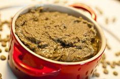 Purê de Lentilhas  25g de manteiga sem sal    1 colher (sopa) de bacon, paio ou linguiça de sua preferência, cortado em cubos médios    300g de lentilhas    2 folhas de louro frescas    Sal e pimenta do reino a gosto
