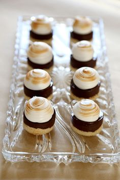 Smores Petit Fours, via Baking My Way. Meringue topping, over chocolate ganache, over graham cracker crust. What a great idea for a wedding sweets table! Mini Desserts, Just Desserts, Dessert Recipes, Biscuits Graham, Eclairs, Snacks, Chocolate Ganache, Graham Crackers, Mini Cakes