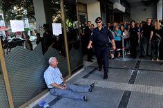"""PHOTOS. Grèce : """"L'homme qui pleure"""", ou l'histoire derrière l'image poignante d'un retraité en larmes"""