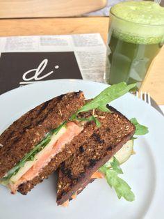 Kanapka z łososiem, gruszką, rukolą i dressingem miodowo-musztardowym. Sandwich with salmon, pear, rocket salad, #difood