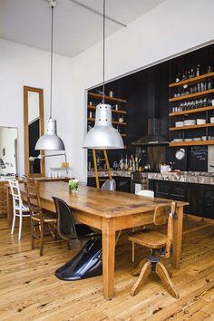 Cocina comedor integrados en un departamento tipo PH reciclado en ambientes amplios y con materiales nobles.