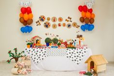 Cachorros de várias raças, patinhas e ossinhos foram os elementos para a decoração do aniversário de um menino que adora cães. O projeto foi da empresa A Fê Faz (www.afefazfestas.blogspot.com.br)
