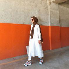 2020 Feb 26 - Hijab style that can never go wrong Hijab style that can never go wrong and it's essential in every Hijabi closet is a white dress, white color can … Modest Fashion Hijab, Stylish Hijab, Modern Hijab Fashion, Street Hijab Fashion, Hijab Casual, Hijab Fashion Inspiration, Hijab Chic, Hijab Outfit, Mode Inspiration