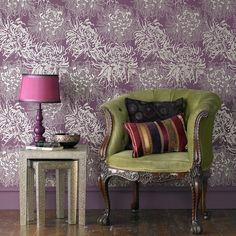 Лиловый цвет в интерьере (56 фото): тонкости значения и использования http://happymodern.ru/lilovyj-cvet-v-interere-54-foto-tonkosti-znacheniya-i-ispolzovaniya/ Лиловые обои с цветочным принтом создадут романтическое настроение. Акцентом для комнаты в сиреневых тонах станет оливковое кресло