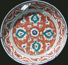 Plat à fond rouge Iznik vers 1585