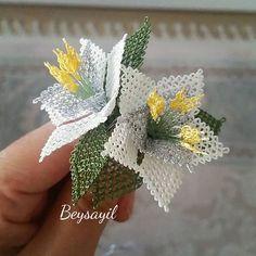Çiçek yapmayı özlemişim  ~•~•~•~ #igneoyasi #çicek #kolye #broş #elisi #elemegi #goznuru #mevlutbasortusu #tesbih #ceyiz #nisan #dugun #gelinbohcasi #damatbohcasi #handmade #art #crochet #lovely #photooftheday #turkey #diycrafts #artcraft #tasarim #aparat #elisiterapim