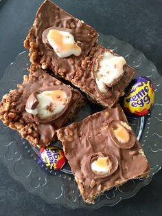 Ridiculously moreish three ingredient Creme Egg Rice Krispie Cakes - like your favourite chocolate Rice Krispie Treat but with added Creme Eggs! Great no-bake Easter treat Chocolate Rice Krispie Cakes, Chocolate Easter Cake, Rice Krispie Treats, Rice Krispies, Chocolate Chips, Yummy Treats, Sweet Treats, Yummy Food, Easter Treats