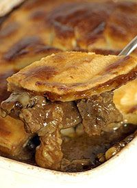 Ina Paarman recipe for meaty Peppered Beef Pie made with sourdough pastry – instructional video included. Ingredients 2 large onions, coarsely chopped 750 g well matured, boneless beef brisket, bolo … Pie Recipes, Great Recipes, Cooking Recipes, Favorite Recipes, Recipies, South African Dishes, South African Recipes, Stewing Steak, Ma Baker