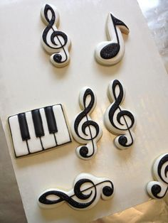 Now those are some good looking treats. Even for a novice cookie decorator, the piano key one shouldn't be too hard. Das Piano ist gar nicht so schwer, wie es aussieht! Fancy Cookies, Iced Cookies, Cute Cookies, Royal Icing Cookies, Cookies Et Biscuits, Cupcake Cookies, Sugar Cookies, Violetta Cake, Das Piano