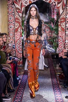 Women's Spring Summer Collection Fashion Show - Roberto Cavalli Australia 70s Outfits, Boho Outfits, Fashion Outfits, 70s Fashion, Runway Fashion, Fashion Show, Autumn Fashion, Milan Fashion, Roberto Cavalli