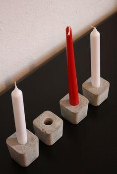 ganz schlichter Kerzenständer aus gegossenem Beton. In die Öffnung passen ganz normale Stabkerzen.  Sieht in der Gruppe am schönsten aus...  bei Be...