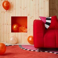 În anii 1980, cunoscutul designer suedez Åsa Gray a creat un design colorat pentru IKEA. În colecția GRATULERA vei găsi covoarele FÄRGSTARK și fețele de pernă MOSAIKBLAD cu un model vesel și unic. Ikea, Floor Chair, Unic, 1980, Flooring, Living Room, Modern, Houses, Inspiration