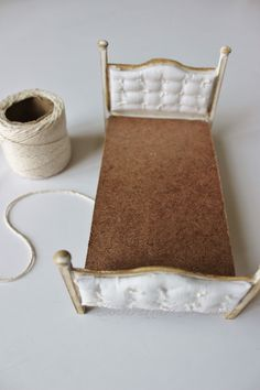 how to: miniature dressed bed with upholstered headboard and footboard. This person weights the comforter to make it lie properly- an excellent idea. Making a dollhouse bed is a great way to bring some really cozy feel to your dollhouse. Today, I am going Dollhouse Miniature Tutorials, Diy Dollhouse, Miniature Dolls, Dollhouse Miniatures, Miniature Houses, Miniature Furniture, Dollhouse Furniture, Dollhouse Interiors, Doll House Crafts