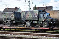 Unimog mit 1-achs-Hänger der Bundeswehr auf Tieflader der Bahn.