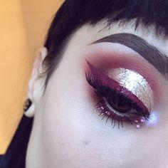 Hey you !It's almost Noël quick #eotd using @anastasiabeverlyhills modern renaissance palette (venitian red,tempera,red ochre,realgar) @katvondbeauty innerstellar palette (lycan used as my inner corner ) @stilacosmetics magnificient metal eyes METALLIC DUSTY ROSE @crypticcosmetics Cross My ❤liquid lipstick as my eyeliner @nyxcosmetics vivid bright pink liner @hudabeauty samantha lashes  @anastasiabeverlyhills #dipbrow medium brown