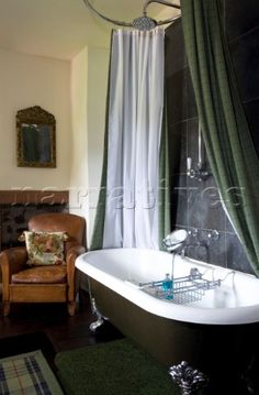 RS015_22_Freestanding_bath_with_green_shower_curtain_in_Scottish_home_UK.jpg (315×480)