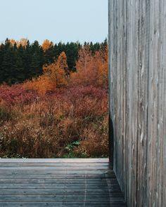 Une maison au style épuré de l'architecte Canadien Pierre Thibault aux mythiques Jardins de Métis. La maison est utilisée pour les concepteurs et stagiaires pendant la période estivale. Idéale pour les retraites stratégiques, les camps de yoga en nature ou les rencontres familiales. Comfort, nature et sobriété de style nordique s'offrent à vous. À une vingtaine de minutes du Mont-Comi pour les amateurs de ski et à quelques pas du Parc de la rivière Mitis pour la raquette ou les randonnées. Canada, Ski, Yoga, Nature, Plants, Design, Gardens, Stone, Nordic Style
