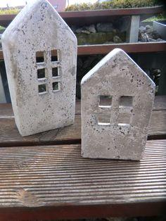 **Ein tolles Set von zwei Beton Häuschen. ** Beton in verwitterter Optik, die Ausstanzungen in Fensterform sorgen für stimmungsvolle Lichteffekte. An der Unterseite sind möbelschonende... Cement Art, Cement Crafts, Concrete Art, Diy Crafts Love, Easy Crafts For Kids, Decor Crafts, Pirate Crafts, Mold Making, Clay Creations