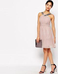 Little Mistress Petite | Little Mistress – Petite – Ärmelloses, ausgestelltes Kleid mit Verzierung bei ASOS