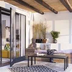 Ta med dig stilen ut på uteplatsen! Sittkuddar, plädar och mattor gör en uteplats mer användbar även när det är lite kyligt. Home Fashion, Divider, House Styles, Interior, Room, Furniture, Home Decor, Bedroom, Decoration Home