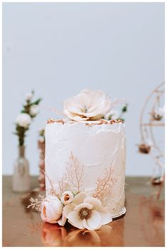 Small vintage wedding cake with opulent rose gold metallic details Small Wedding Cakes, Floral Wedding Cakes, Wedding Cakes With Flowers, Floral Cake, Wedding Cake Designs, Purple Wedding, Wedding Cake Toppers, Boho Wedding, Cake Flowers