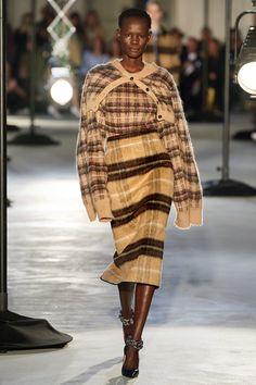 No. 21 Fall 2020 Ready-to-Wear Fashion Show Collection: See the complete No. 21 Fall 2020 Ready-to-Wear collection. Look 29 Fashion Week, Fashion 2020, Fashion Trends, Vogue Cover, Tartan Fashion, Fall Plaid, Knitwear Fashion, Vogue Russia, Vogue China