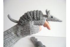 この冬、手袋を新調するのなら「アルマジロな手袋」はいかがでしょう。手袋の甲の部分にアルマジロがデザインされており、1つずつていね...