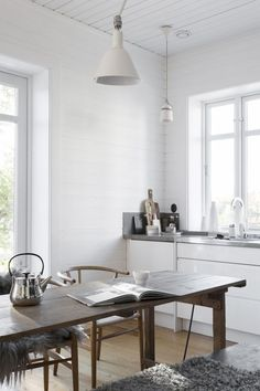 Wood Table Kitchen Island in Scandinavian Kitchen via Sara Medina Lind Scandinavian Kitchen, Scandinavian Interior, Home Interior, Kitchen Interior, Interior Design, Interior Stylist, Swedish Kitchen, Country Look, Rustic Country Kitchens