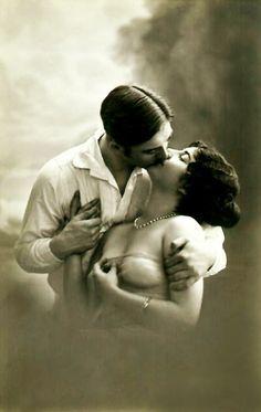 Vintage romance postcard (used or unused) Couples Vintage, Vintage Kiss, Vintage Romance, Vintage Love, Vintage Beauty, Vintage Ladies, Photos Vintage, Vintage Photographs, Vintage Postcards