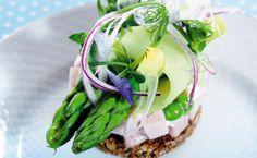 Skinkesalat - navnet er en sammentrækning af ordene smørrebrød og sushi. Og med den opfindelse er den danske smørrebrødstradition blevet genfødt. Her får du inspiration og gode fif til at forfine en stykke med klassisk skinkesalat